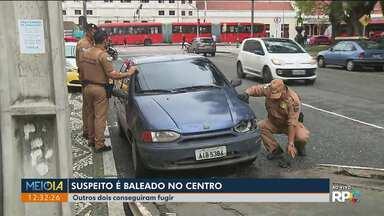 Suspeito é baleado após tentativa de assalto no Centro de Curitiba - Outros dois suspeitos conseguiram fugir.