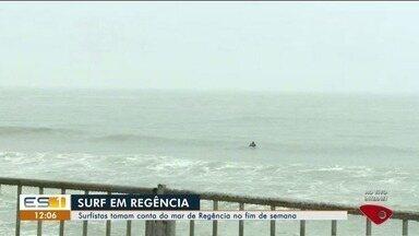 Última etapa de circuito de surf é realizada em Regência, em Linhares - Mesmo com o mau tempo, surfistas entraram no mar.