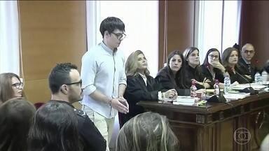 Começa julgamento de jovem brasileiro que matou tios e primos na Espanha - Na Espanha, começou o julgamento do jovem brasileiro que confessou ter matado parentes que o tinham acolhido no país. François Patrick Nogueira assassinou tios e primos que moravam na Espanha.