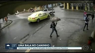 Um menor foi baleado durante operação policial - O rapaz, de dezessete anos, foi atingido no braço, na rua Clarimundo de Melo, esquina com rua Picuí., em Quintino. O hospital American Cor, para onde ele foi levado não divulgou o estado de saúde da vítima.