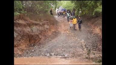 Comunidade rural de Francisco Sá sofre com falta de condições em estrada - Quando chove, Rio Verde Grande transborda e passagem de moradores da comunidade de Araras fica mais difícil.