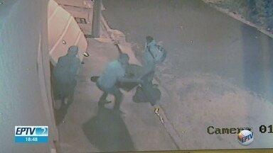 Em Franca (SP), residências estão na mira dos ladrões - Uma das vítimas ficou trancada no quarto enquanto os assaltantes carregavam o carro com objetos.