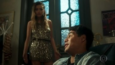 Lalá fica com ciúmes de Vera Lúcia com Amadeu - Ele não quer levá-la para casa do ricaço enquanto ela não explicar o que faz com ele