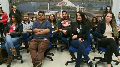 Alunos de jornalismo visitam a redação da RPC - Eles acompanharam o Boa Noite Paraná desta quinta-feira de dentro do estúdio.