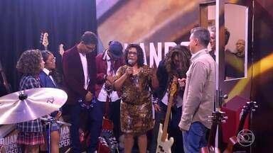 Professora Lúcia ganha instrumentos musicais usar em suas aulas - A professora fica emocionada com a gratidão dos alunos