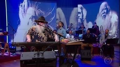 """Hermeto Pascoal e sua big band tocam """"Viva o Gil Evans"""" - Musicista fala um pouco sobre seu processo criativo"""