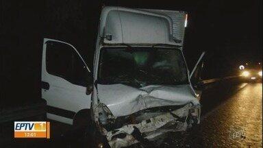 Mãe e três filhos morrem após batida entre carro e caminhão em rodovia de Mogi Mirim - Acidente ocorreu na noite de sexta-feira (26), na Rodovia Wilson Finardi (SP-191).