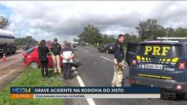 Acidentes no começo do sábado - Grave acidente mata uma pessoa na Rodovia do Xisto. Do outro lado do estado, ônibus que transportava o time de futsal de Campo Mourão tombou esta madrugada.