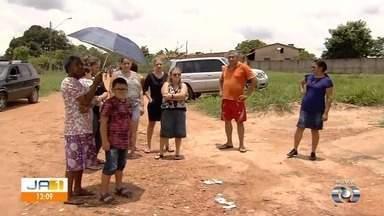 Moradores reclamam de falta de asfalto em bairro de Goiânia - Segundo eles, quantidade de poeira na região é um problema que afeta todos há muito tempo.