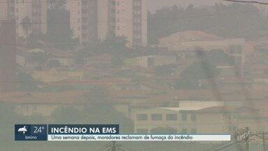 Moradores da região da EMS sofrem com fumaça após uma semana do incêndio, em Hortolândia - Segundo os Bombeiros, ainda há risco de desmoronamento de paredes e a fumaça deve continuar nos próximos 30 dias.