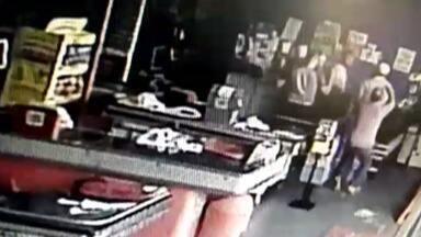 Policial militar aposentado é baleado após tentativa de assalto - Vítima estava em um mercado quando notou a presença de três assaltantes.