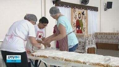 Igreja de São Carlos prepara o bolo para comemorar o dia de São Judas Tadeu - Dia do santo das causas desesperadas é comemorado neste domingo (28). As missas começam às 6h30, a benção do bolo será às 7h30 e o pedaço será vendido a R$ 4.