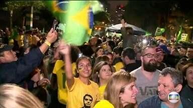 Multidão comemora a vitória de Jair Bolsonaro (PSL) no Rio - Apoiadores se concentraram ao longo do dia em frente à casa do presidente eleito, na praia da Barra da Tijuca, Zona Oeste do Rio, e comemoram vitória de Bolsonaro após resultado das urnas.