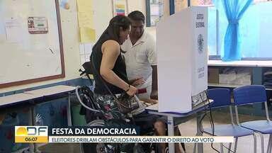 Festa da democracia - Eleitores driblam obstáculos para garantir o direito ao voto. Teve mãe que levou o bebê recém-nascido no colo e outros que superaram diferentes problemas de locomoção.