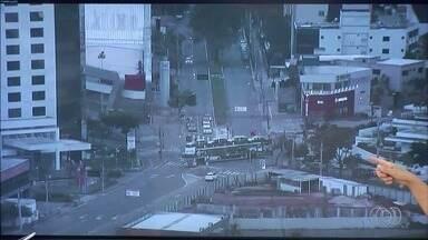 Caminhão cegonha faz curva no cruzamento das avenidas Jamel Cecílio e E, em Goiânia - Veículo faz manobra com dificuldades.