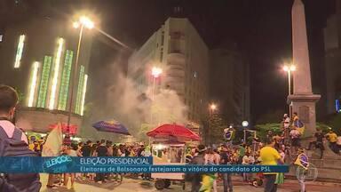 Eleitores de Bolsonaro festejam vitória do candidato do PSL - Em vários pontos da capital, eleitores comemoraram a vitória de Jair Bolsonaro neste domingo.