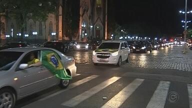 Eleitores comemoram a vitória de Jair Bolsonaro na região de Bauru e Marília - Apoiadores do novo presidente eleito neste domingo (28) se concentraram em avenidas e realizaram também buzinaços. Em Botucatu, um adolescente ficou ferido em confusão durante a comemoração, mas passa bem.
