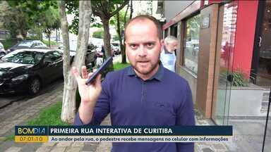 Conheça a primeira rua interativa de Curitiba - Ao andar pela rua, o pedestre recebe mensagens no celular com informações.