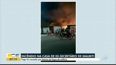 Casa de ex secretário é incendiada em Mauriti - Fogo começou depois que faíscas de fogos de artifício atingiram vegetação