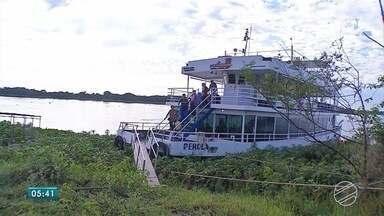 Moradores de distrito de Corumbá viajam horas e horas para votar - Eleitores viajaram de barco e de ônibus até chegar ao local de votação, na área urbana.