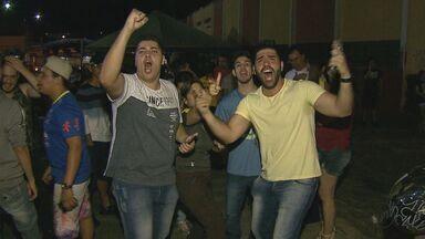 Eleitores comemoram resultado das eleições em São Carlos - Cerca de 200 pessoas se reuniram na Praça do Mercado Municipal.
