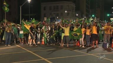Eleitores comemoram eleição de Jair Bolsonaro nas cidades da região de Campinas - Equipe da EPTV 1 percorre cidades da região para descobrir como moradores avaliam o resultado das eleições.
