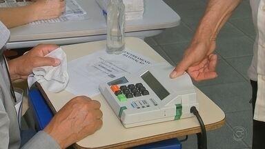 Em Araçatuba, 110 mil eleitores foram às urnas neste 2º turno das eleições - Em Araçatuba (SP), 110 mil pessoas votaram. Foi bem calmo, não teve filas como aconteceu no primeiro turno. A votação foi bem mais rápida. Só que nas cidades da região onde a biometria foi obrigatória, alguns eleitores não conseguiram usar as digitais pra votar.