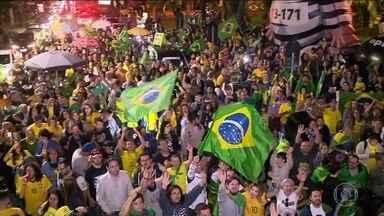 Vitória de Jair Bolsonaro é comemorada em vários estados - Em São Paulo, apoiadores de Bolsonaro esperavam pelo anúncio do resultado em frente ao Masp. Em Brasília, os eleitores foram para a Esplanada dos Ministérios.
