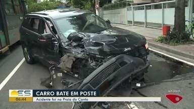 Trânsito fica complicado na Avenida Saturnino de Brito, em Vitória, após acidente - Carro bateu em poste.
