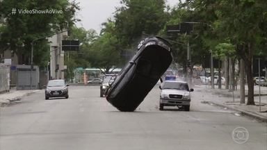 Confira os bastidores do acidente de Roberval em 'Segundo Sol' - Dezesseis dublês foram envolvidos para a gravação da capotagem do carro