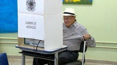 Eleitores sem obrigatoriedade de votar vão às urnas no Oeste Paulista - Brasileiros elegeram presidente e governadores neste domingo (28).