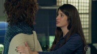 Bento e Natália conversam após acordarem juntos - Natália se apressa em sair do apartamento e ele se recusa a deixá-la ir, ela o pressiona dizendo que não irão mais se encontrar