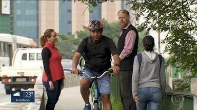 Número de bicicletas em circulação dobra na capital - E, como em muitos lugares, não tem espaço para eles circularem. Os ciclistas se arriscam no meio dos carros.