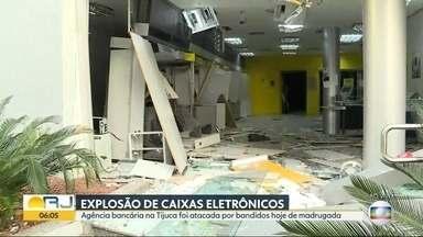 Bandidos explodem caixas eletrônicos em agência bancária na Tijuca - Uma agência do Banco do Brasil na Tijuca foi atacada por bandidos na madrugada desta quarta-feira (31). Caixas eletrônicos foram explodidos, os bandidos conseguiram fugir.