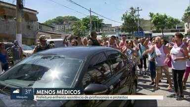 Moradores protestam contra corte de equipes de saúde - Pacientes da clínica da família de Vila Cosmos não conseguem fazer exames. 239 equipes serão cortadas das clínicas. Prefeitura enfrenta resistência dos médicos e protesto dos pacientes.