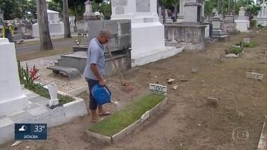 Dia de Finados traz oportunidade de faturamento com a limpeza de jazigos - Para que os túmulos estejam em ordem, o serviço é feito com antecedência.