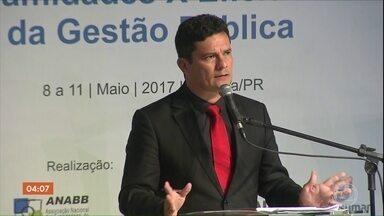 Sérgio Moro é confirmado Ministro da Justiça de Jair Bolsonaro - Ideia é colocar em prática um amplo programa de combate à corrupção e ao crime organizado. Antes do anúncio oficial, Moro e Bolsonaro se encontraram na casa do presidente eleito no RJ.