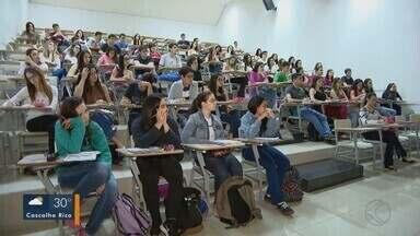 Em Uberlândia, estudantes se preparam para as provas do Enem 2018 - De um colégio da cidade, por exemplo, mais de 1,2 mil alunos vão fazer o exame; professora explica a importância da redação .