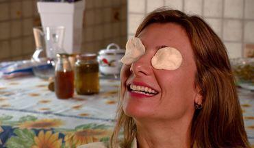 Chá de camomila é dica de fórmula contra olheira - Molhe o algodão no chá ainda morno e deixe nos olhos por até 10 minutos