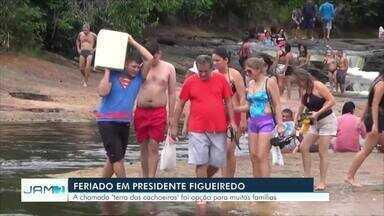 Turistas e amazonenses aproveitam feriado para curtir cachoeiras de Presidente Figueiredo - Cachoeiras estão entre pontos turísticos mais visitados no feriado prolongado.