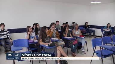 Na véspera do Enem, estudantes fazem as últimas revisões - Em Taguatinga, os professores tiraram dúvidas e deram conselhos para os alunos enfrentarem a prova. O principal é descansar e controlar a ansiedade.