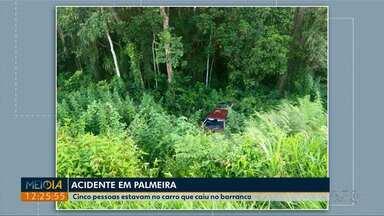 Carro cai em barranco, depois de rodar na pista, em Palmeira - Cinco pessoas estavam no carro, o acidente foi no fim da tarde dessa sexta-feira (02).