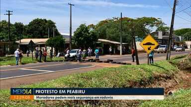 Em protesto, moradores de Peabiru pedem mais segurança em rodovia - Representante do DER garantiu realização de reunião na próxima semana