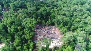 Área de fazenda em Mato Grosso é invadida por garimpeiros - Notícia de que haveria ouro no local se espalhou e atraiu, segundo a polícia, duas mil pessoas que fazem o garimpo de forma perigosa e ilegal.