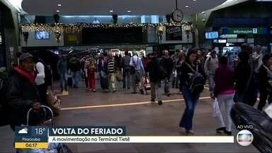 Terminal Rodoviário do Tietê tem movimentação intensa na volta do feriado de Finados - Apesar do movimento intenso no domingo, previsão é que durante a manhã de segunda-feira 46 mil pessoas desembarquem na zona norte