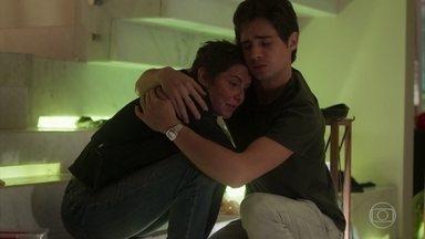 Valentim consola Karola - O rapaz agradece por ela ter ajudado a salvar Beto e declara seu amor pela mãe de criação