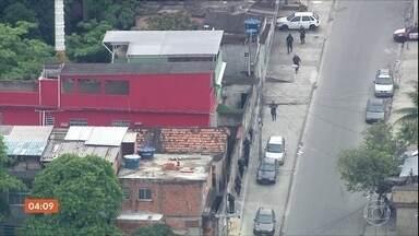 Rio segue com rotina de violência na terça-feira (6) - O corpo do adolescente Thiago de Souza Mendonça, de 14 anos, vítima de bala perdida, semana passada, na Cidade de Deus, foi enterrado.