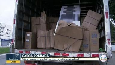 Polícia apreende caminhão com carga roubada na Barra Funda - Veículo estava carregado com eletrodomésticos, eletrônicos e outros materiais. Caminhão foi levado para 91 DP na Vila Leopoldina.