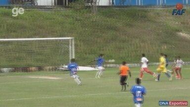 Após goleiro ser driblado, volante faz defesaça com a mão e é expulso - Israel fez a defesa quando seu time perdia por 1 a 0. Confira!