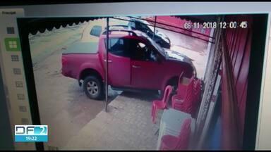 Motorista invade calçada e atropela mulher - O atropelamento foi em Vicente Pires. A vítima, de 39 anos, teve as duas pernas quebradas. Ela aguarda cirurgia no Hospital Regional de Ceilândia. O motorista fugiu.